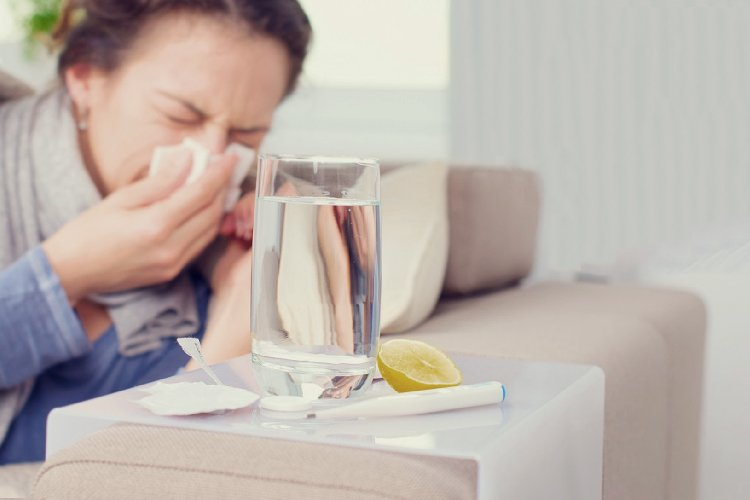 Imagen donde muestra a una mujer resfriada por virus, Coronavirus en el agua