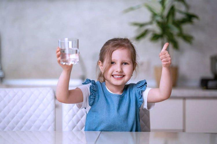 como hacer que tu hijo tome más agua purificada